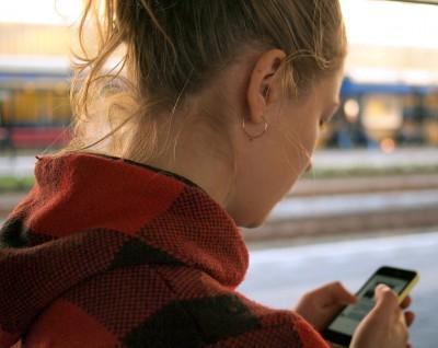 Vue d'une jeune fille qui utilise sont téléphone intelligent.