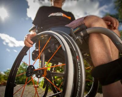 Vue rapproché d'une personne sur une chaise roulante.