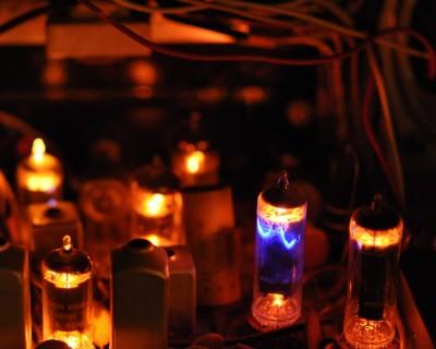 Intérieur d'un amplificateur à tube allumé.