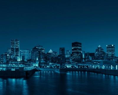 Une vue au loin de Montréal le soir.