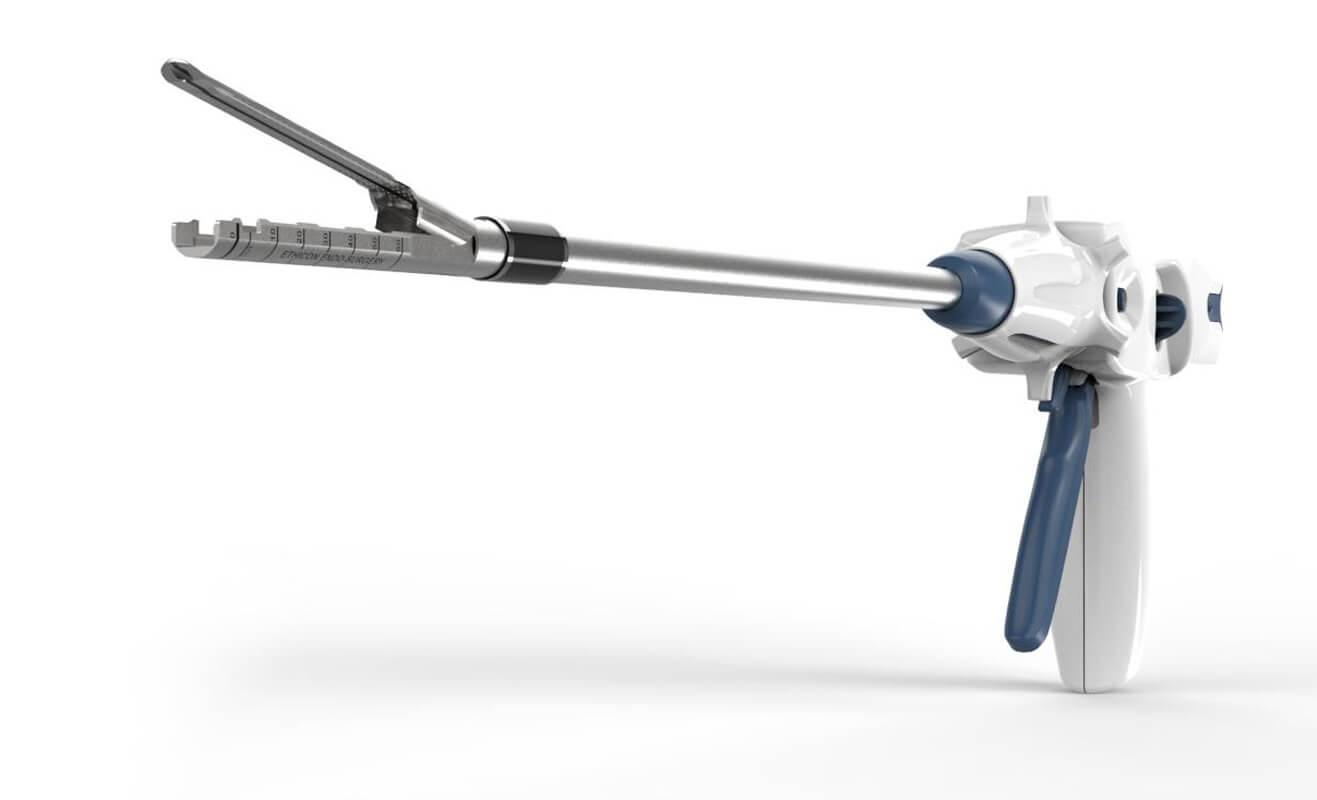 Une vue 3/4 de l'agrafeuse endoscopique.