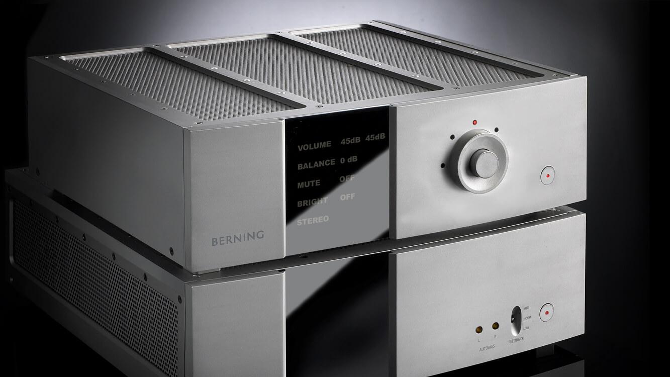 Vue 3/4 d'un amplificateur et pré-amplificateur un par-dessus l'autre.