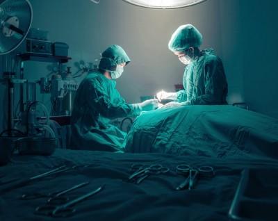 Des chirurgiens au travail dans un bloc opératoire.