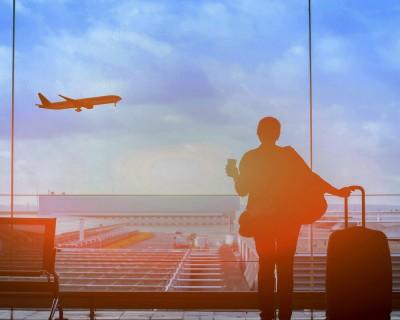 Une dame attends son vol a l'aéroport