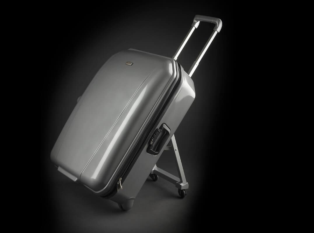 Une vue 3/4 de la valise avec le support ouvert.