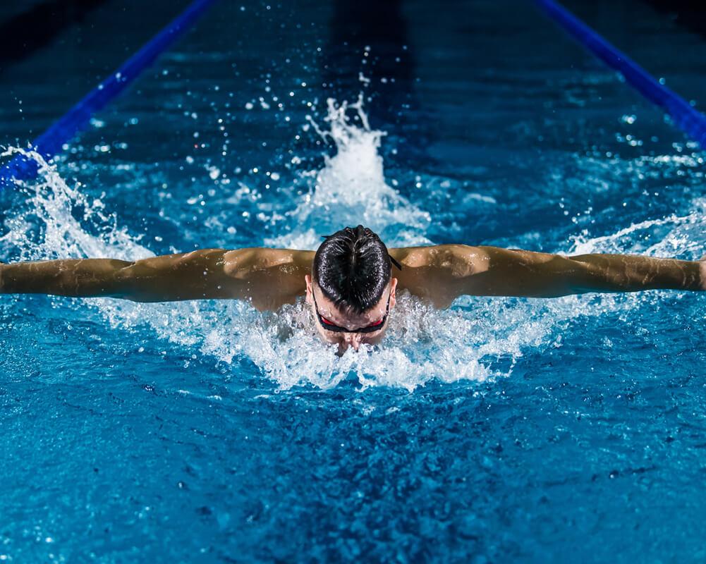 Nageur qui nage au style papillon.